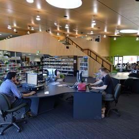 学生们在繁忙的埃平图书馆工作